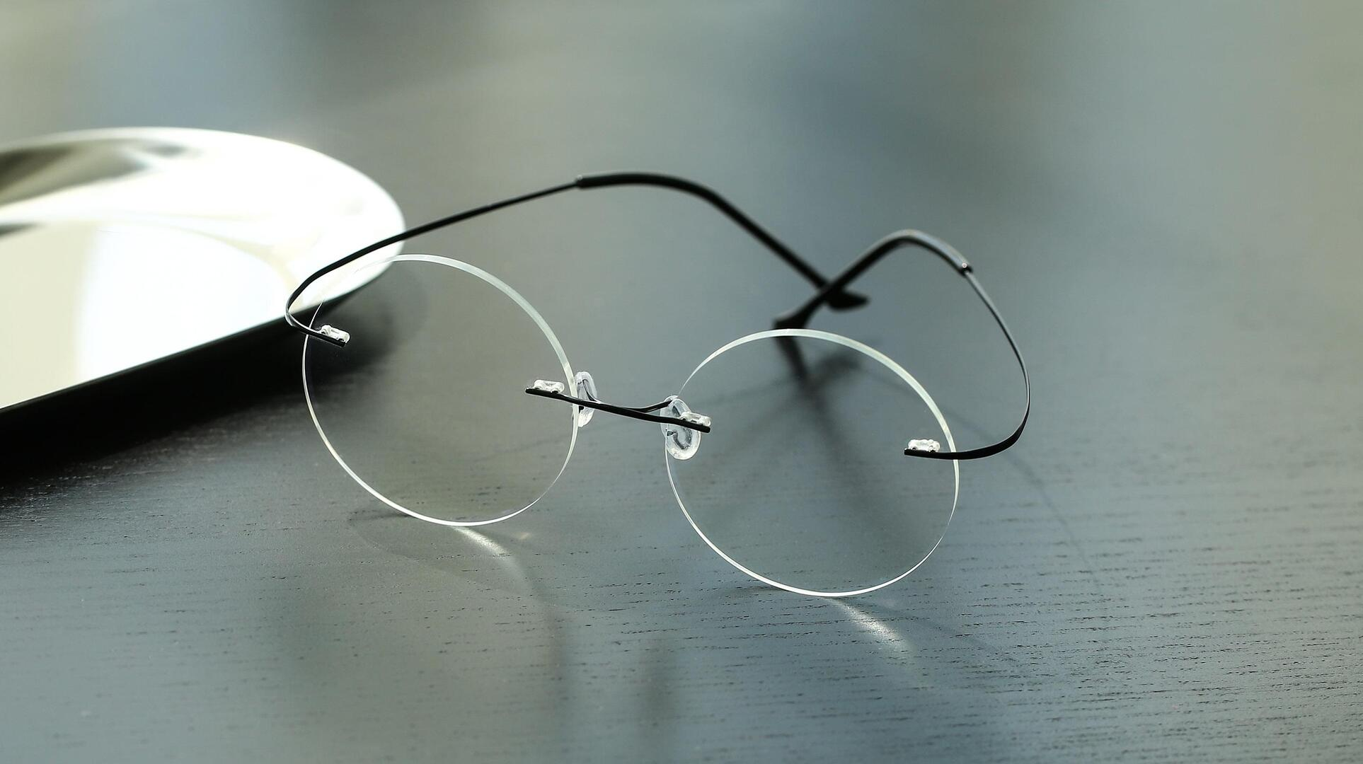 Stylish round rimless glasses are lightweight and fashionable on men and women.